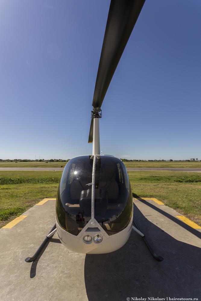 2. Наиболее часто для вертолетных экскурсий используется малютка R44. C первого взгляда вообще непонятно, как эта машинка может летать, но на деле вертолет весьма подвижный и достаточно комфортный. А, главное, тут обеспечен великолепный обзор, особенно в первом ряду.