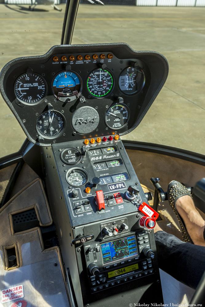 4. Нам достался гламурный пилот происхождением из французских ВВС. Внутри R44 выглядит не сильно сложней среднестатистического автомобиля.