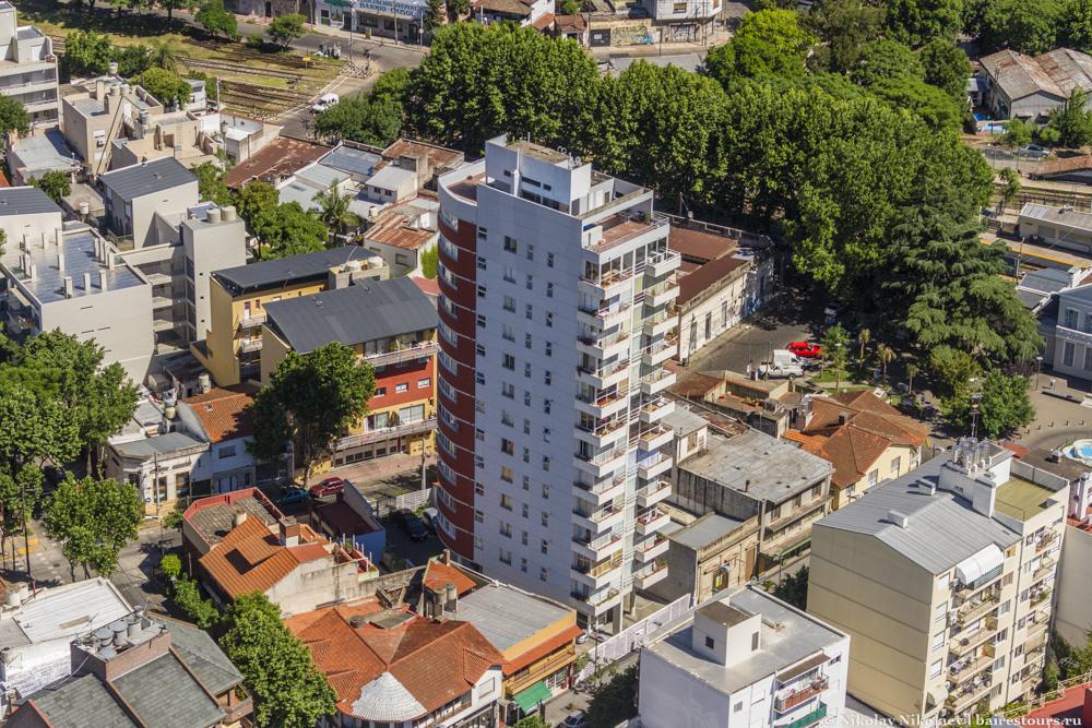 12. В пригородах застройка не очень высотная, но местами встречаются типичные многоэтажные коробки. Но даже в таких домах есть вполне обустроенные крыши, которые чаще являются общественным местом, т.е. каждый жилец может выйти и, например, позагорать.