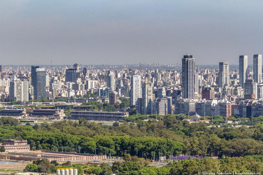 15. На переднем плане водоочистные сооружения, на фоне высотки Буэнос-Айреса.