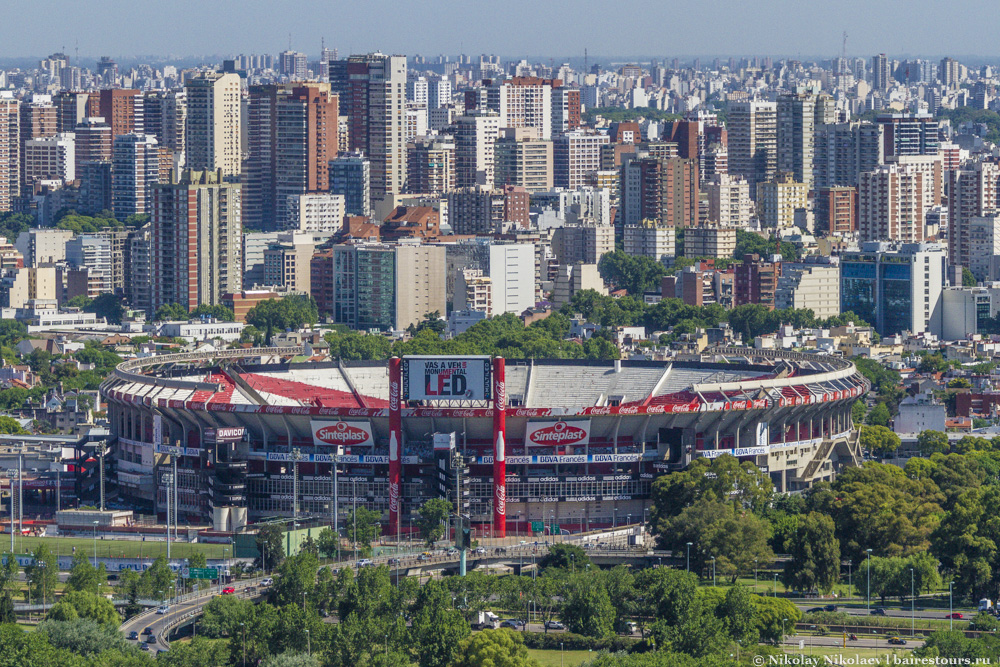 16. Стадион Antonio Vespucio Liberti является символом современного района Nuñez.  Это домашний стадион одной из самых почитаемых футбольных команд столицы River Plate, а также место проведения самых крупных концертов.