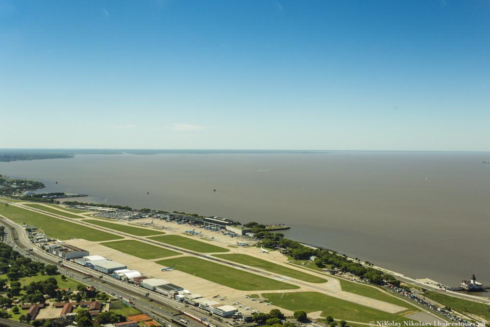 18. Международный аэропорт Aeroparque Internacional Jorge Newbery расположен непосредственно у воды и является частью относительно центрального района Палермо. Обслуживает в основном местные рейсы и международные рейсы в соседние страны. Тут же прекрасное место для наблюдения за взлетающими и приземляющимися самолетами, т.к. вся территория аэропорта хорошо просматривается с улицы.