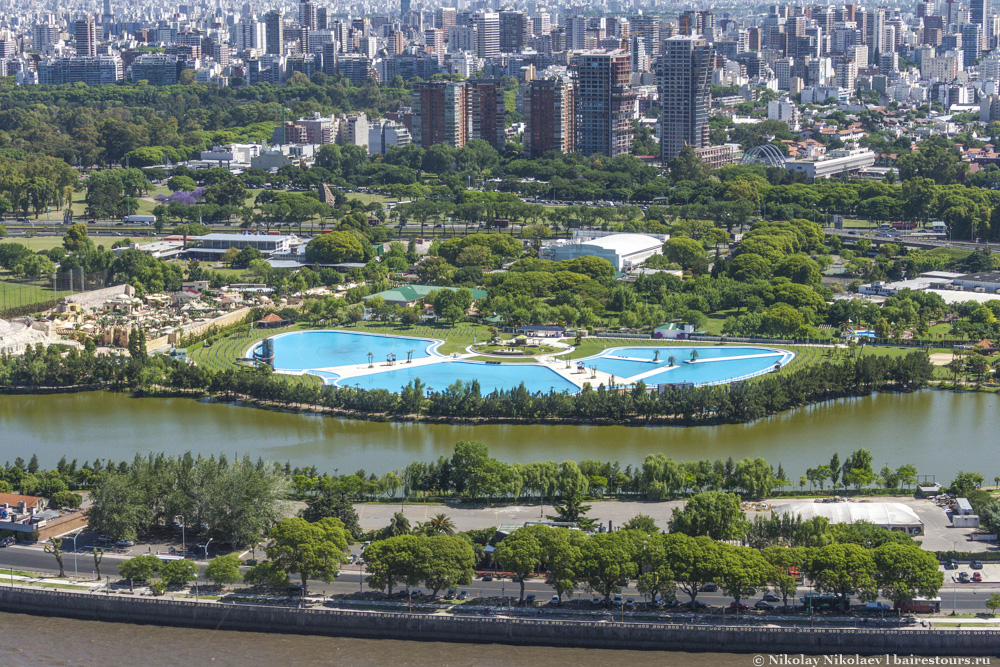21. Parque Norte – огромная территория с большим выбором спортивных площадок и большими бассейнами. Для членов общества плата весьма символическая, для простых же смертных тарифы более ощутимые.