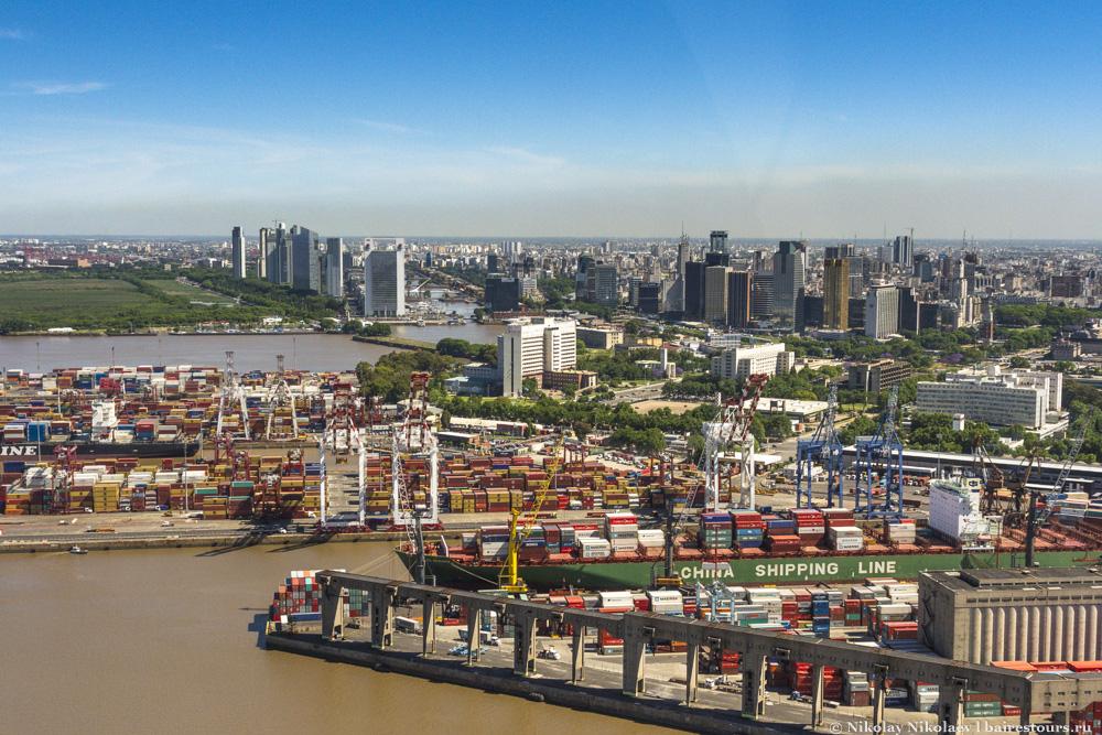 25. И все-таки жизнь Буэнос-Айреса тесно связано с портом. В обычной жизни видеть его практически не приходится, а вот с воздуха масштабы хорошо видны.