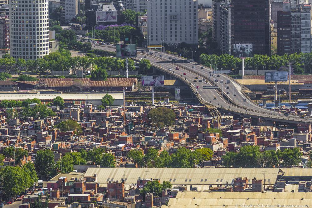 33. С воздуха контрасты Буэнос-Айреса особенно разительны: по соседству с самыми дорогими районами находятся и самые бедные. Знаменитая трущоба Villa 31.