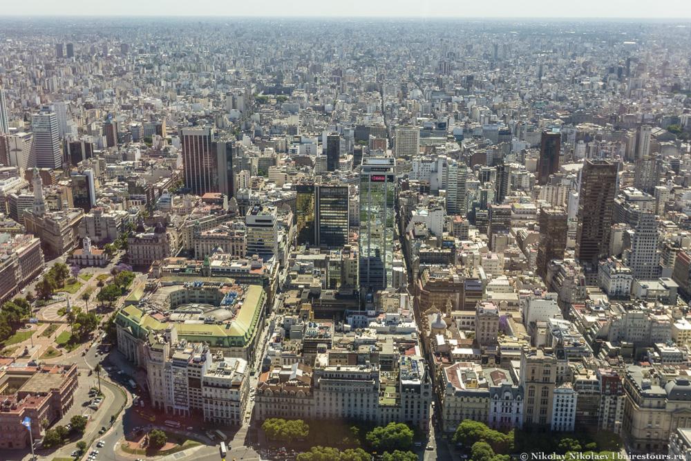 36. Исторический центр: слева главная площадь Plaza de Mayo и кусочек президентского дворца Casa Rosada.