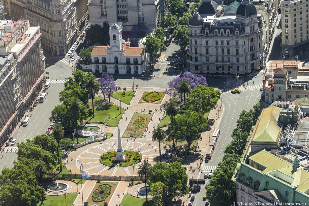 37. Посмотрим Plaza de Mayo поближе и увидим белоснежное здание бывшего муниципалитета.