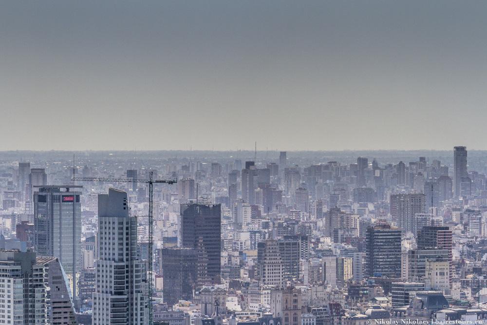 42. Внизу практически нет ощущения, что Буэнос-Айрес – город с большим количеством небоскребов.