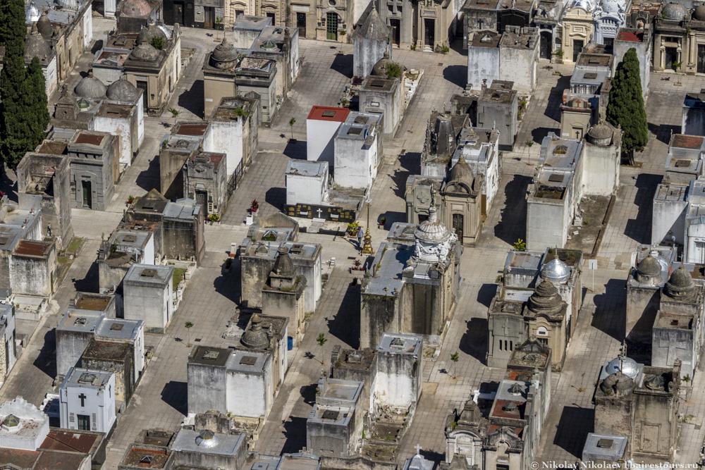 49. Соседствуют с небоскребами по местным меркам. В склепах нередко покойники уложены в несколько слоев.