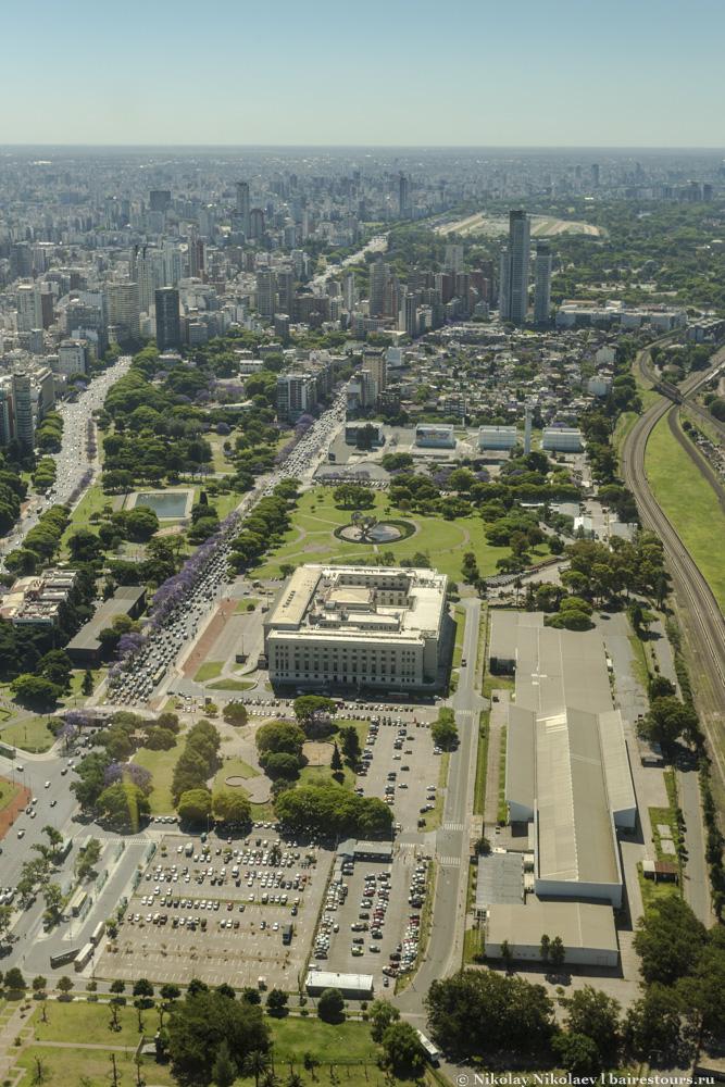 53. Совсем нечастое для центрального Буэнос-Айреса явление: наличие больших пространств. По центру юридический факультет университета Буэнос-Айреса (сюда можно бесплатно поступить). Догадайтесь, что должно быть по правую сторону от железной дороги? Правильно, прекрасная Villa 31!