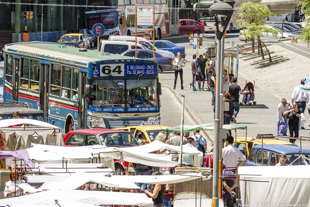 2. Наибольшую часть туристов сюда закидывают в рамках групповых экскурсий на различных видах туристического автотранспорта. Самостоятельные путешественники могут взять такси либо отправиться на обычном городском автобусе (точно таком, как на фото). От Пласа Де Майо это около 20 минут дороги.