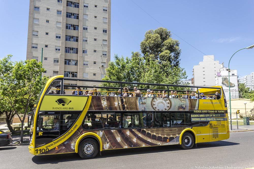 3. Сюда же ходит официальный городской туристический автобус, и Ла Бока как раз тот случай, когда им воспользоваться будет очень даже полезно, поскольку из него можно очень хорошо разглядеть сам район за пределами Эль Каминито, и это будет куда безопасней, чем по этому району просто прогуляться.