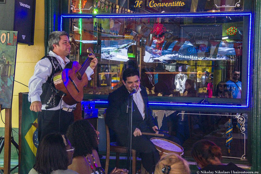 17.  Походив по Эль Каминито можно подумать, что сидеть жевать аргентинскую еду, запивая вином и тут же слушая аргентинскую музыку, сменяемую танго и курсирующим в поиске клиентом двойником Марадоны – это то, ради чего в Буэнос-Айрес приезжают миллионы туристов.