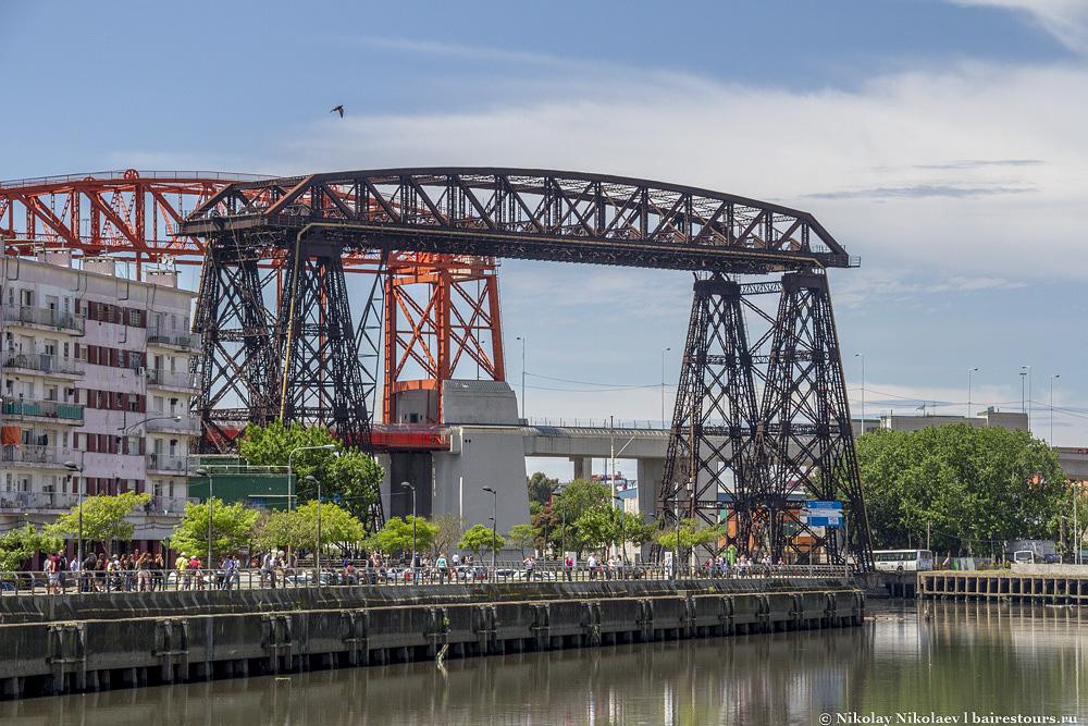 55. Еще Ла Бока знаменита своим железным мостом. Если Ла Бока – бедный район Буэнос-Айреса, то на другом берегу начинается совсем кромешный ад нищеты.