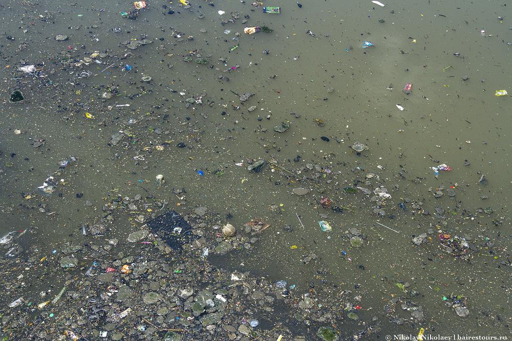 56. Не стоит далеко отходить от Эль Каминито, чтобы понять, на сколько запущен сам район и все, что его окружает. Вот, например, вода реки Риачуэло – самая грязная вода во всей Аргентине да  и в целом одна из самых загрязненных рек мира.