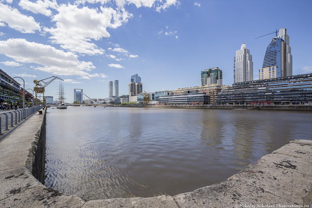 1. Пуэрто Мадеро («Puerto» означает «порт») был построен вокруг 4 больших доков бывшего порта Буэнос-Айреса и поэтому район неразрывно связан с водой, что уже само по себе большой плюс, т.к. в самом городе очень мало доступа непосредственно к воде, хотя город и стоит на огромной реке.