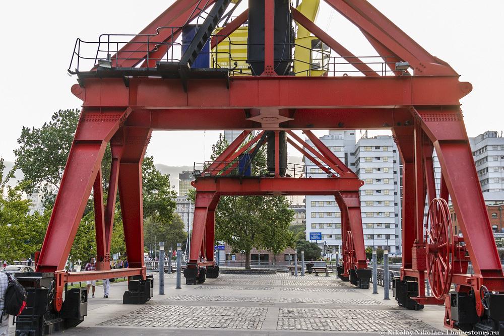 11. Еще одной отличительной чертой Пуэрто Мадеро от остального Буэнос-Айреса является качество инфраструктуры. Тут денег действительно не пожалели и сделали все на совесть: посмотрите на эту идеально выложенную брусчатку и плитку. Такого не найти почти нигде в городе. Даже на главной площади города Пласа Де Майо годами никто не задумывается уложить заново давно отвалившуюся плитку. Пуэрто Мадеро же идеален, почти как улицы Амстердама.