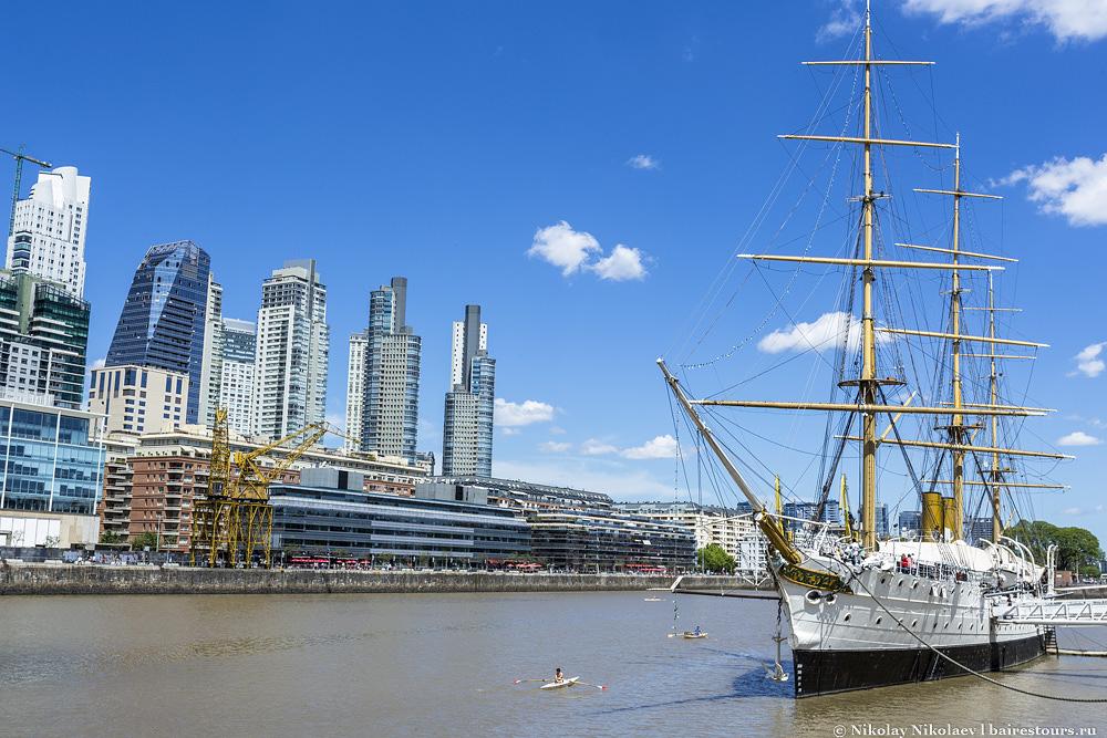 20. Еще одной достопримечательностью являются два корабля, на которых разместились музеи.