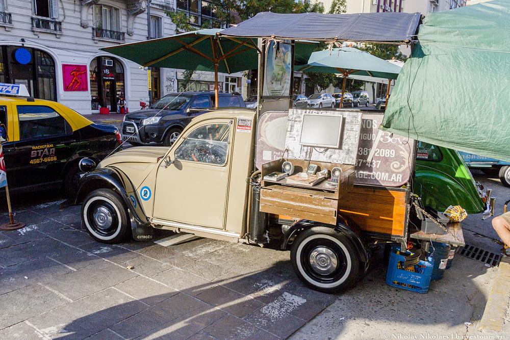 1. Главная достопримечательность района Сан-Тельмо – это его рынок, который работает каждый день, и огромнейшая барахолка, которая простирается на много кварталов по воскресеньям.