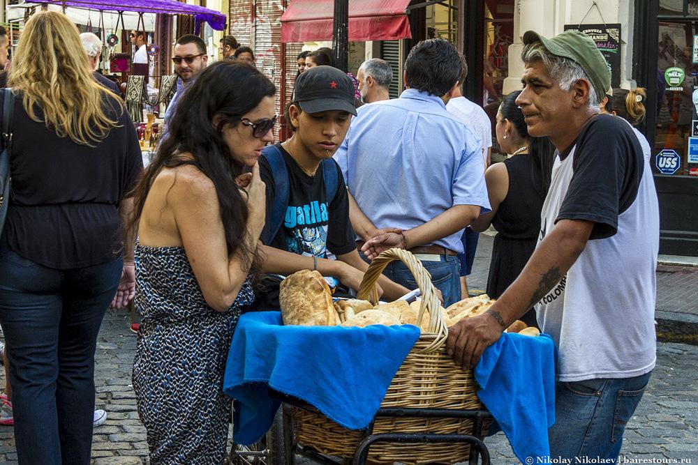 7. Ярмарка Сан-Тельмо - это не только толпы людей и бесконечные стеллажи товаров. Некоторые торговцы продают домашнюю еду, порой весьма сомнительного качества, вокруг много кафешек с едой внушающей большее доверие.