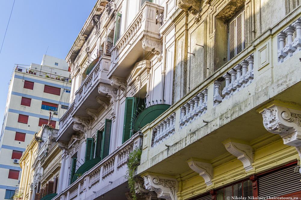 8. Если поднять голову и абстрагироваться от шума базара, то можно созерцать весьма достойную и радующую глаз архитектуру этого старинного района Буэнос-Айреса.