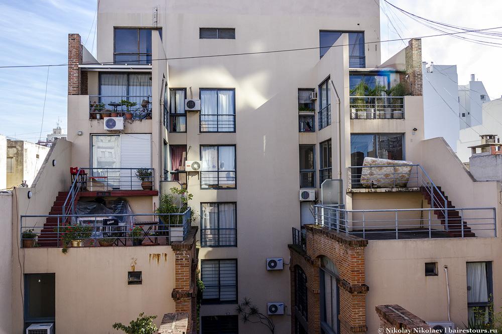 35. Приблизительно так выглядят многие внутренние дворики жилых домов в Сан-Тельмо.
