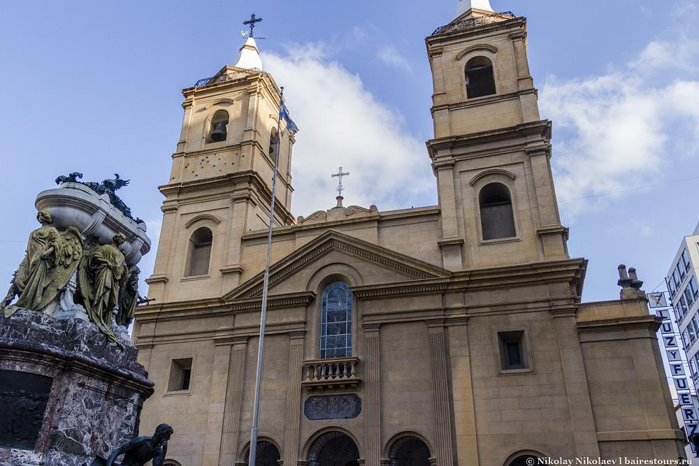 36. Главным религиозным зданием района является внушительный монастырь Santo Domingo.