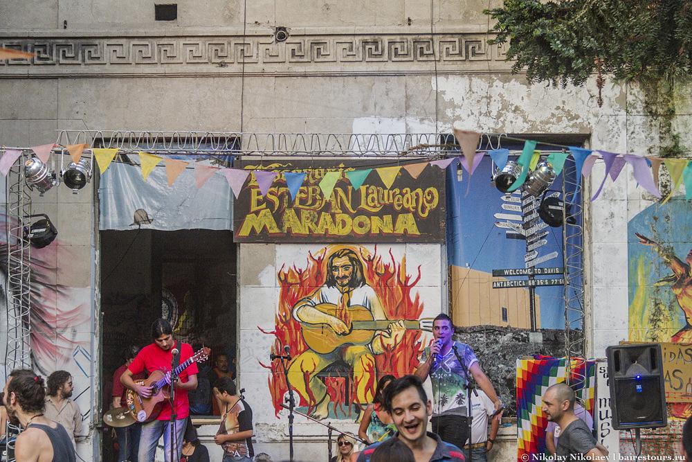 40. Сан-Тельмо славится своими танцами на улице.