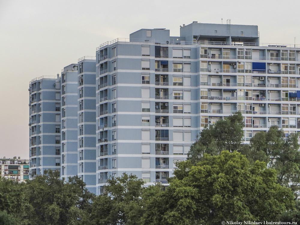 57. Ла Бока на границе с Сан-Тельмо больше похожа на современный район с многоэтажной застройкой, хотя в большей части район состоит из беднейших колониальных зданий.