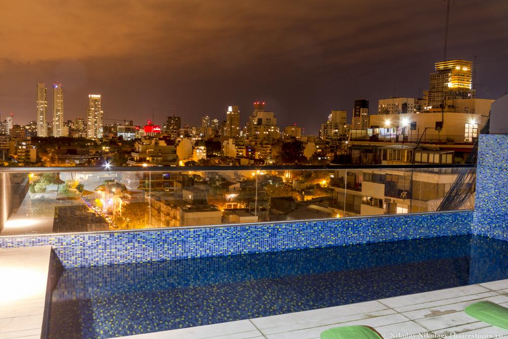 05. В Буэнос-Айресе встречаются квартиры в домах с общедоступной крышей, и, как правило, крыши эти не простые, а обустроенные под приятный отдых. Не редкость встретить бассейн с лежаками, причем сами аргентинцы не так уж и часто ими пользуются. Полежать без посторонних на крыше дома у бассейна с хорошим видом  на город получится в очень малом количестве отелей.