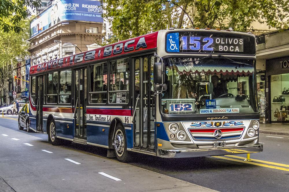 6. Автобусы в Буэнос-Айресе пусть и не самые колоритные во всей Южной Америке, но все же весьма примечательны. По раскрасу часто можно понять по какому маршруту автобус идет.