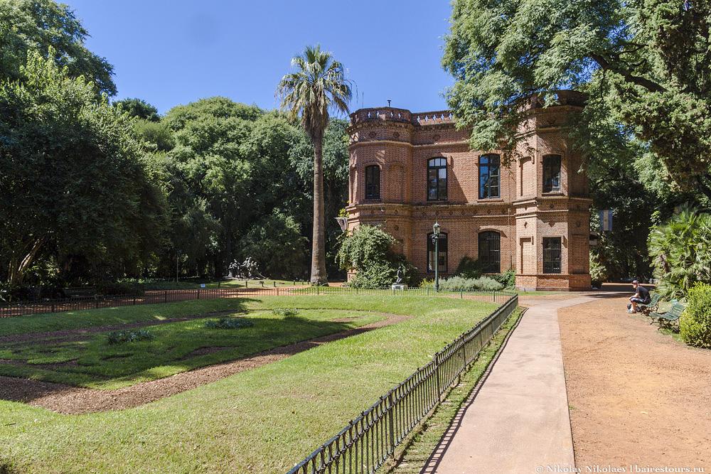 7. Есть и одно примечательное здание, в котором расположился городской колледж по садоводству.