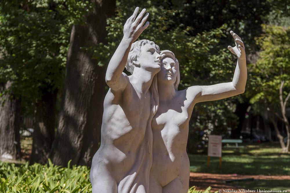 26. Статуи стоят замершие, но часто похожи на живых людей.