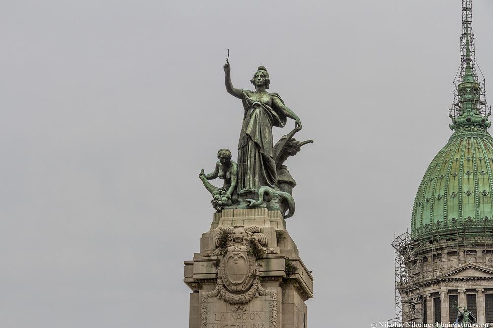 2. Сам Национальный Конгресс и площадь двух конгрессов, расположившаяся перед ним, имеют мало чего общего, поскольку площадь была названа в честь двух конгрессов, прошедших в XIX веке, а сам дворец был построен в начале XX века.
