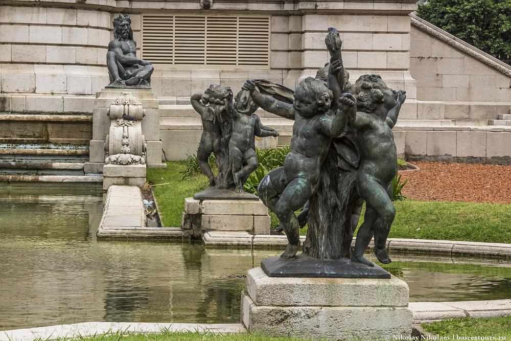 3. Скульптуры очень интересные, можно было бы долго разглядывать, если бы не одно «но»…