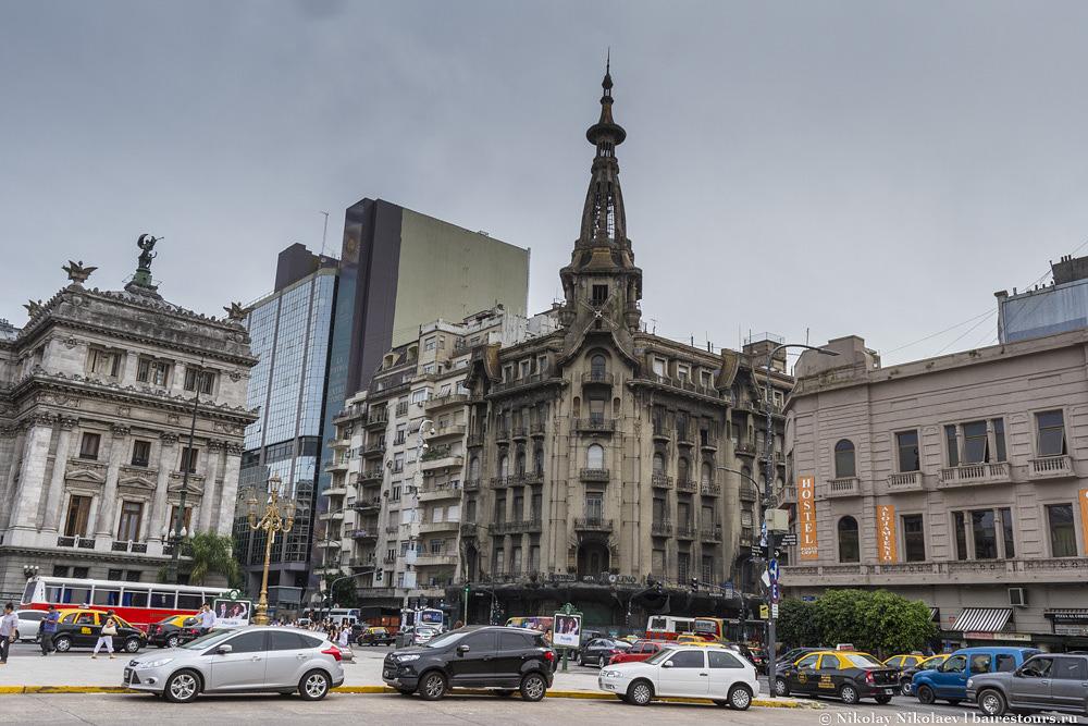 7. Рядом на площади есть еще несколько очень красивых зданий. Например, бывшая кондитерская или кофе-хаус Confiteria del Molino.
