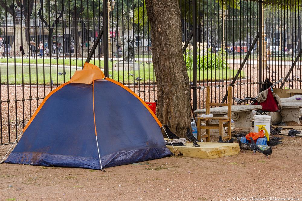 10. Эта площадь долгое время была чуть ли не самым большим бомжатником Буэнос-Айреса. Такими вот палаточками была усеяна вся площадь, любой желающий мог поставить подобную палатку или свить свое гнездышко из картона и прекрасно себе поживать в самом центре города, и никто таких бомжей не трогал и не прогонял, ибо по аргентинским законам этого делать нельзя. Надо отметить, что в последнее время бомжатник все же начали хоть как-то расчищать, хотя все еще место остается популярным среди бомжей и прочего не слишком приятного общества