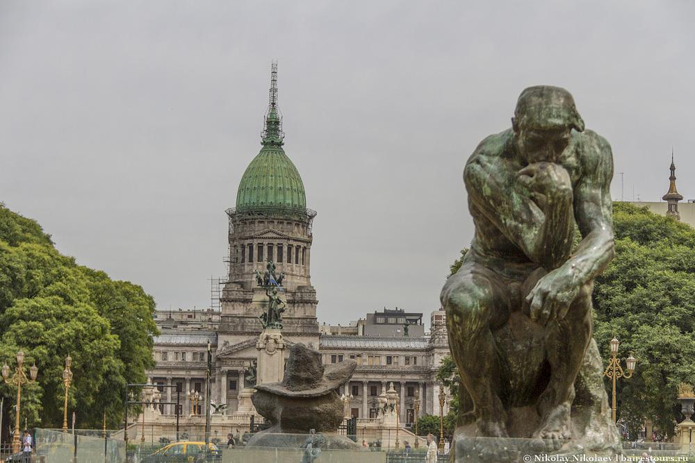 12. На этой же площади призадумался над этой интересной ситуацией один из немногих «Мыслитилей» французского скульптора Огюста Родена.