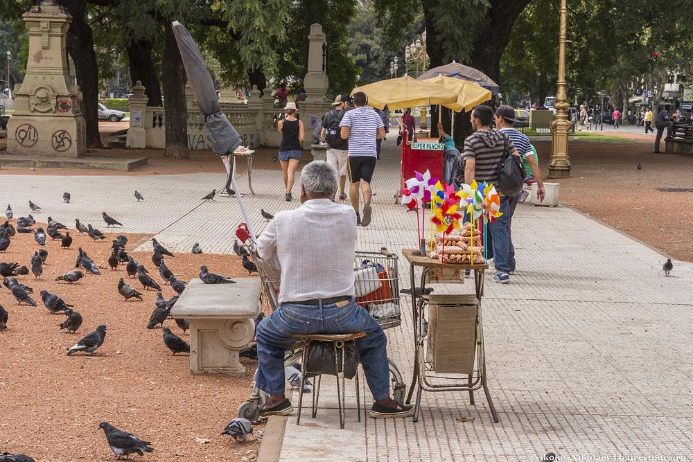 13. Типичная картинка для Буэнос-Айреса: красивая архитектура, торговец с ворованной тележкой из супермаркета и наскальные росписи.