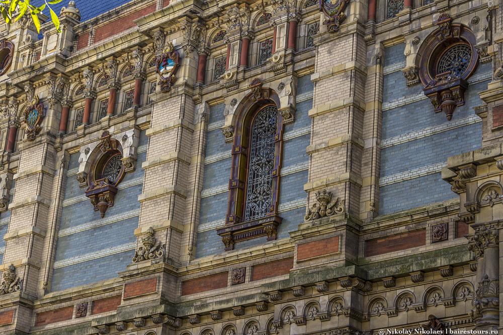 27. Здание можно смело назвать одним из самых красивых в Буэнос-Айресе, если не самым красивым, и это посреди довольно непримечательного района, а в конце XIX  века, когда оно было построено, так практически на отшибе города.