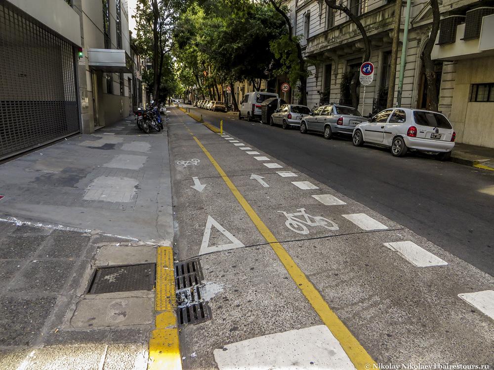 31. В целом же район достаточно неплохой: есть защищенные велосипедные дорожки.