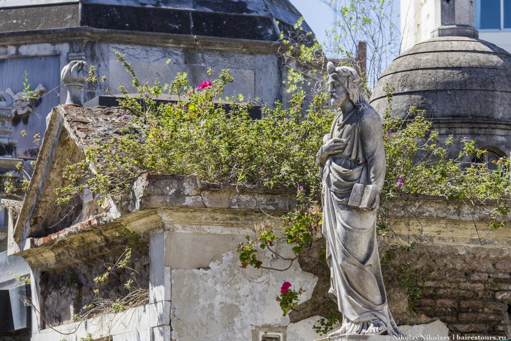 2. Кладбище Реколета. Это настоящий город мертвых, расположившийся на территории, занимающей 3 квартала в длину и 2 квартала в ширину.