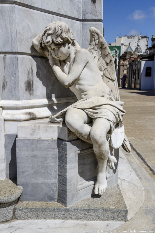 3. На кладбище покоится большая часть аргентинской знати, а свою огромную популярность оно завоевало благодаря крайне изящной архитектуре монументов, которые воздвигались друзьями и семьями покоящихся тут людей.