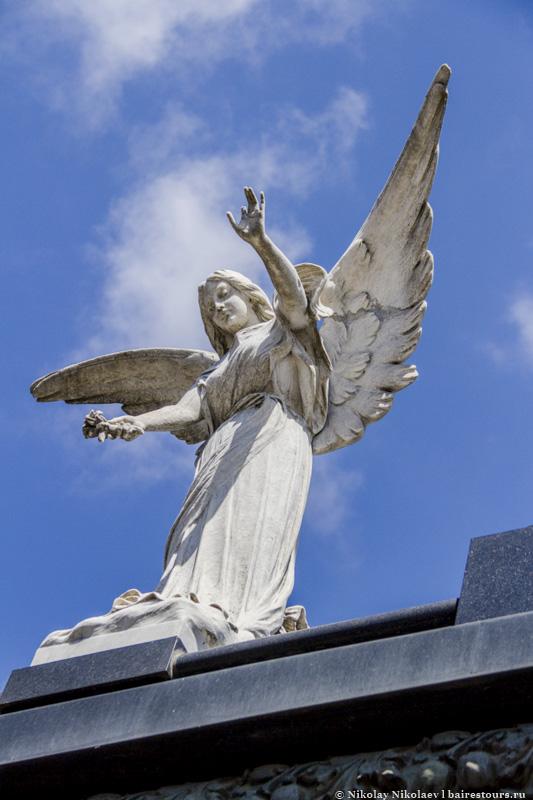 4. Тут действительно очень сложно сделать плохой кадр, ведь с каждой стороны окружают либо красивые склепы, либо скульптуры, которые нередко похожи на живых людей и ангелов.