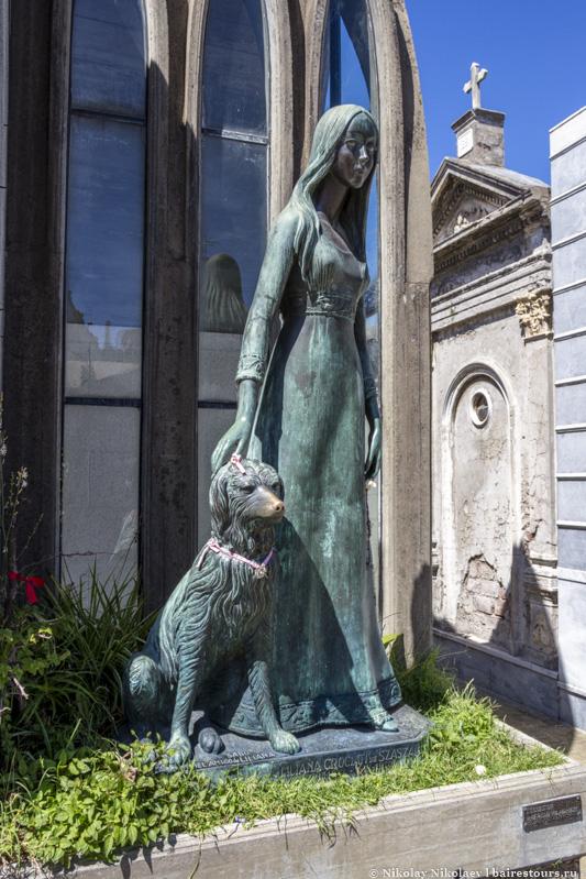 5. Да и не так уж редко можно увидеть скульптуры или какие-нибудь еще памятные элементы питомцам усопших хозяев.
