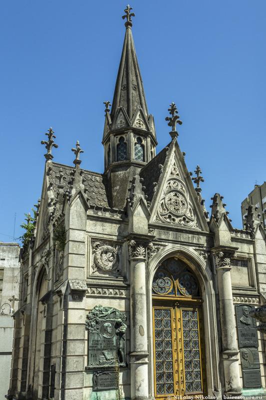 15. Вот, к примеру, кто-то не постеснялся соорудить настоящую церковь.