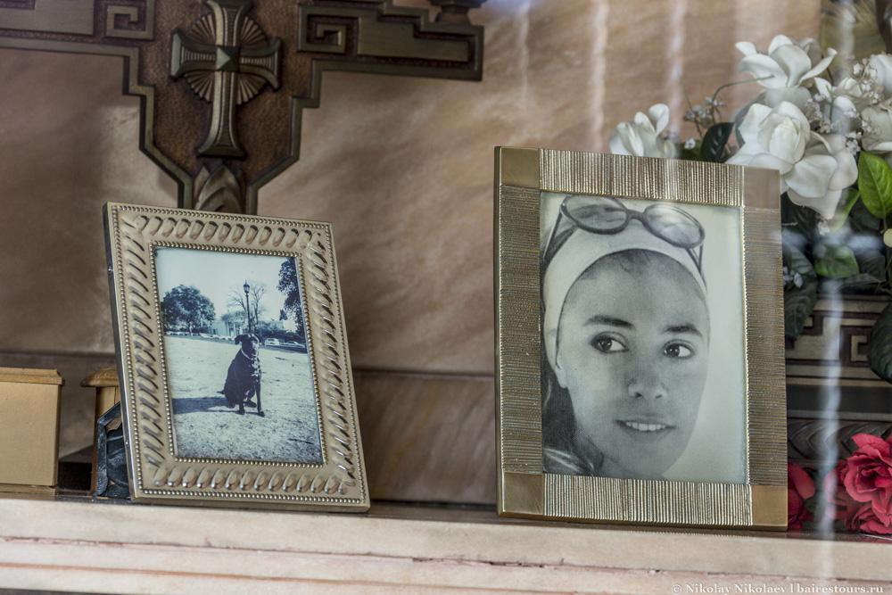 19. Склепы символизируют дома, так что часто в них покоятся целые семьи, а также лучшие друзья, которыми нередко оказываются четвероногие.