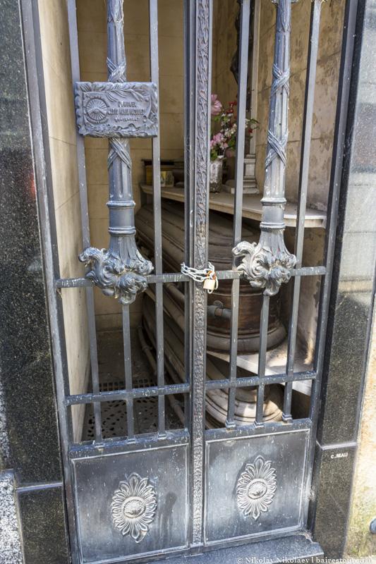 21. Гробы местами лежат практически на улице.