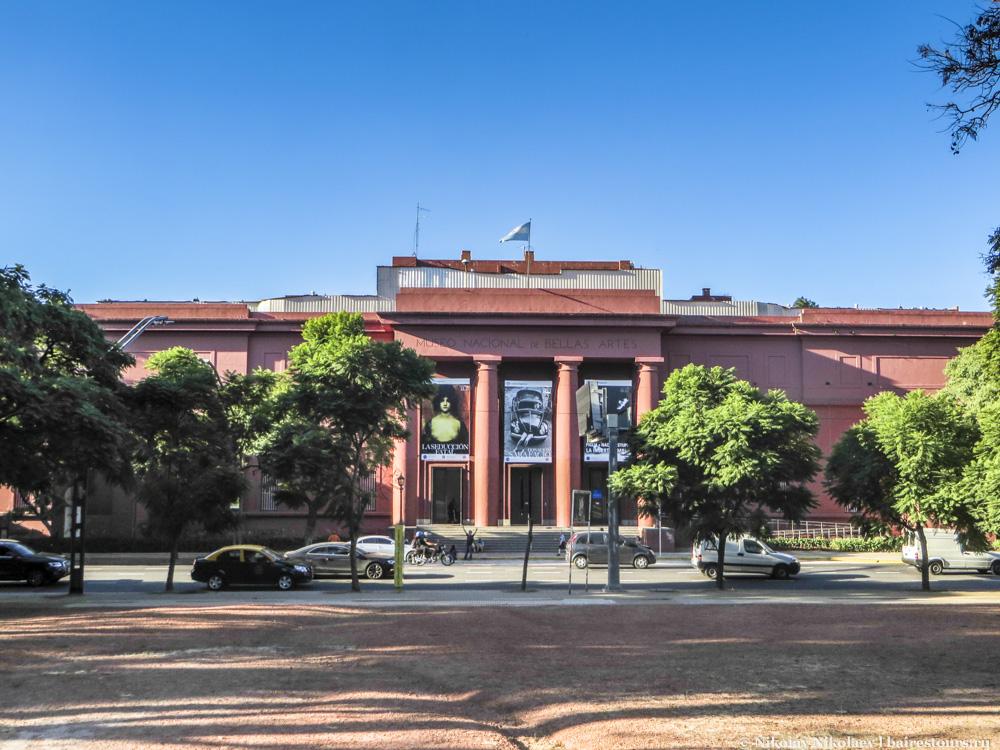 39. Отличный музей изящных искусств повторяет оттенки дома правительства.