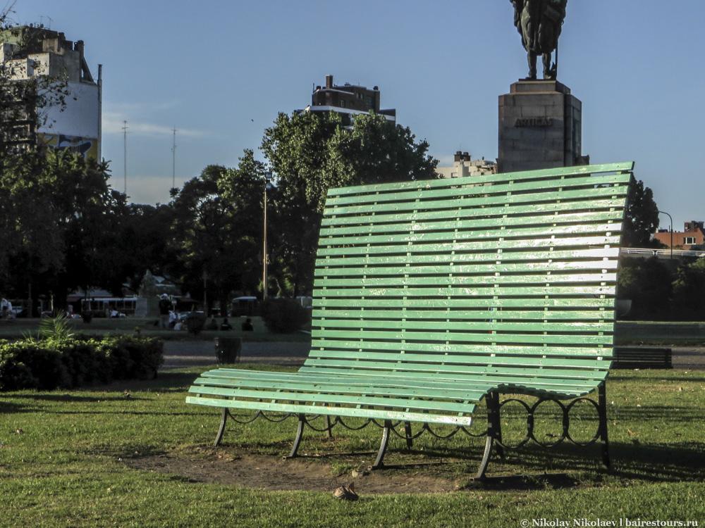40. В Буэнос-Айресе любят скамейки побольше.